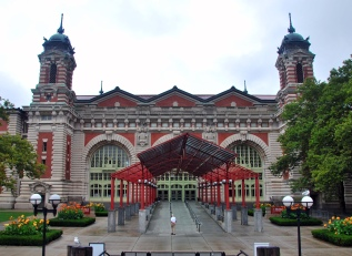 Ellis_island_immigration_museum_entrance